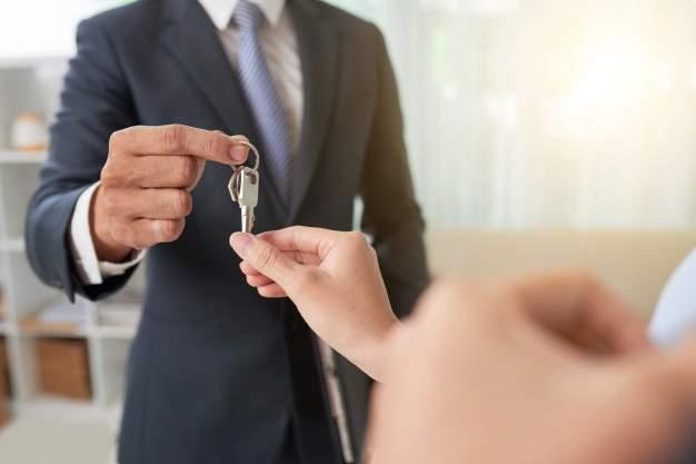 broker-giving-keys_1098-19812